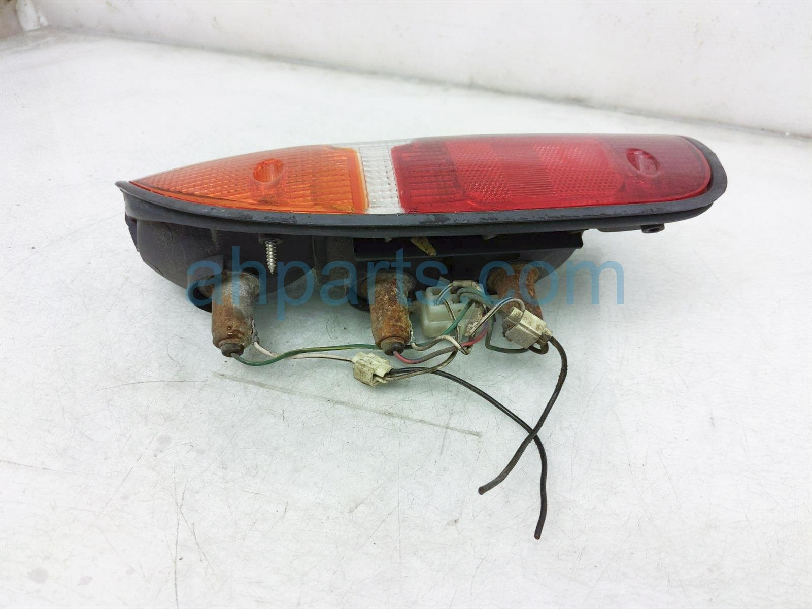 2000 Toyota Tacoma Light / Rear Driver Tail Lamp (on Body) 81560 04030 Replacement