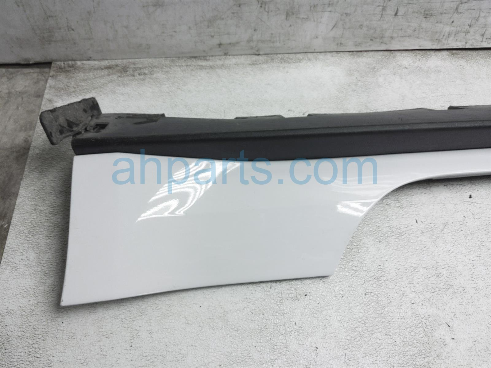 2017 Ford Mustang Rocker Trim Driver Side Skirt / Molding   White FR3Z 6310177 AA Replacement